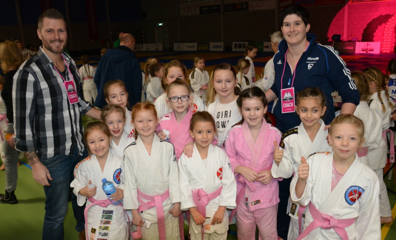 883c6d08459 Rozemarijn, Maud en Nadia winnen een roze judopak - JudoGoes Nieuws ...